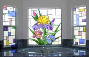 Идеи оформления помещений витражными окнами: Советы по подбору, красивые примеры в интерьере